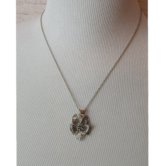 Silver-colored Flower Necklace
